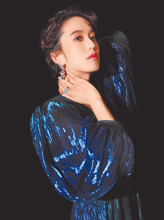 陳庭妮以一襲Givenchy亮金光藍色禮服佩戴卡地亞藍寶石耳環與戒指,與服裝相互陪襯。(Cartier提供)