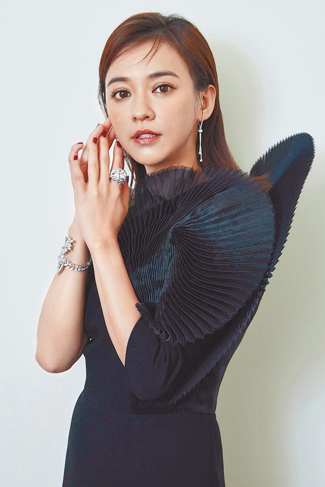 陳意涵穿上林莉婚紗引進西班牙高訂服Isabel Sanchis前開衩晚禮服,佩戴伯爵總價逾4千萬的鑽石項鍊。(PIAGET提供)