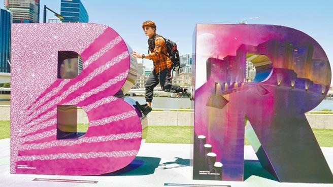 廖科溢在布里斯本地標南岸公園盡情跑跳,享受度假般情趣。(亞洲旅遊台提供)