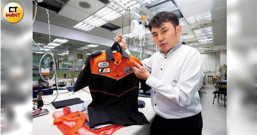 魏震斌展示藍寶堅尼跟法拉利的改裝廠制服,運動風設計很有「賽車感」。(圖/黃威彬攝)
