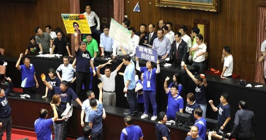 立法院朝野大打出手,國民黨控訴議事不中立。(圖/張文玠攝)