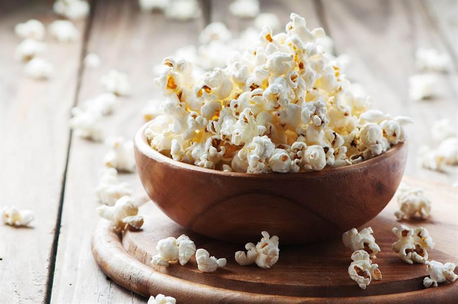 爆米花、馬鈴薯都上榜!7款飽足食物可助減肥。(示意圖/Shutterstock)