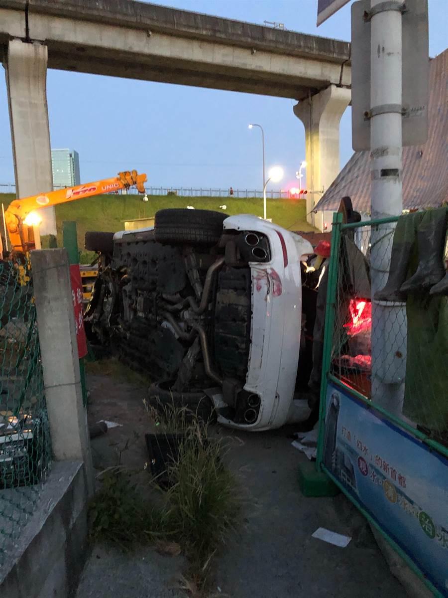23歲駕駛疑超車不慎自撞,全車4人受傷,送醫後無大礙。(翻攝照片/賴彥竹新北傳真)