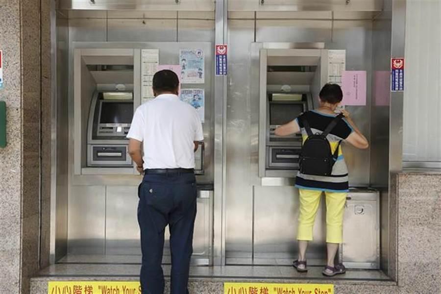 傳ATM提款密碼3秒被盜 60秒戶頭全空!真相曝光。(提款示意圖 資料照)