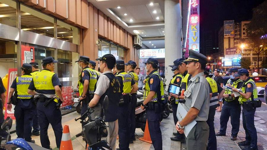台南市警察局第一分局18日凌晨執行暑期青春專案擴大臨檢。(警一分局提供/李宜杰台南傳真)