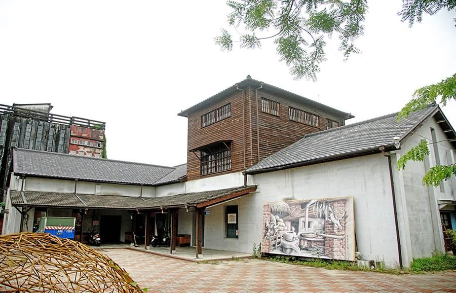 旗山碾米廠外觀形成一種多層木造建築,其中又以北棟高達三樓的碾米機房最具特色。(攝影/曾信耀)