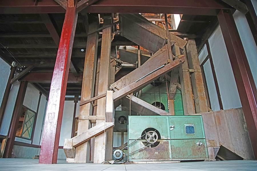 旗山碾米廠留下的木製機具,包括礱穀機、精米機,完整呈現當年現代化機電系統,運轉米穀進儲和碾米的一貫化作業。(攝影/曾信耀)