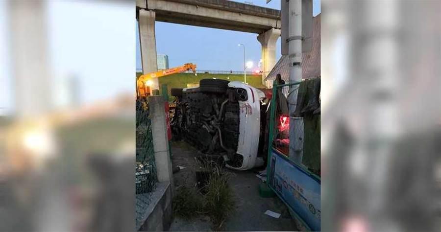 朱男橫衝直撞釀禍,不僅愛車「海神」翻覆,還害友人也受傷。(圖/翻攝畫面)