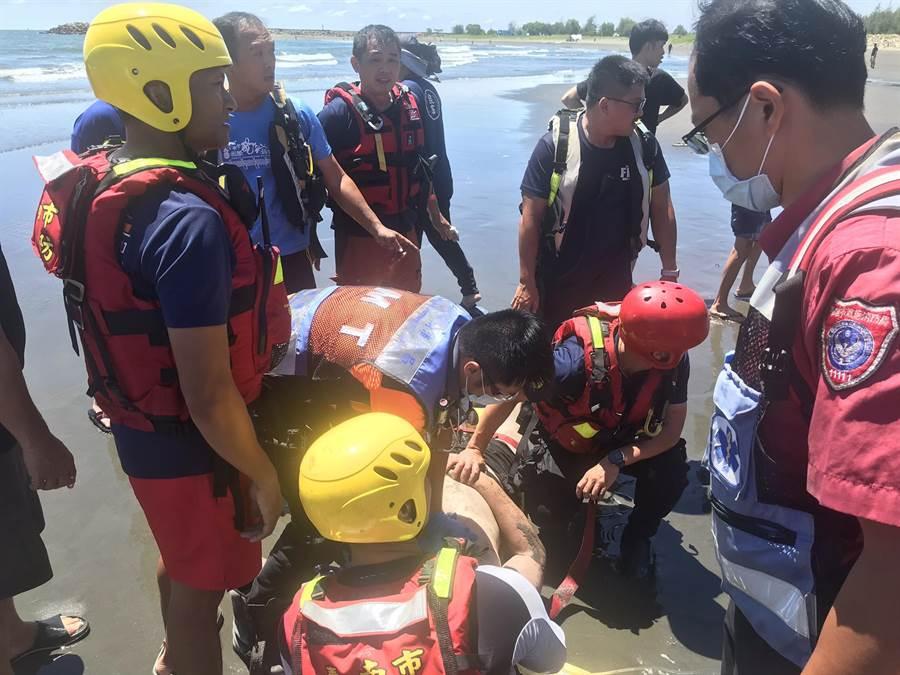 台南市安平漁光島沙灘傳出遊客溺水,被消防人員救上岸。(讀者提供/洪榮志台南傳真)