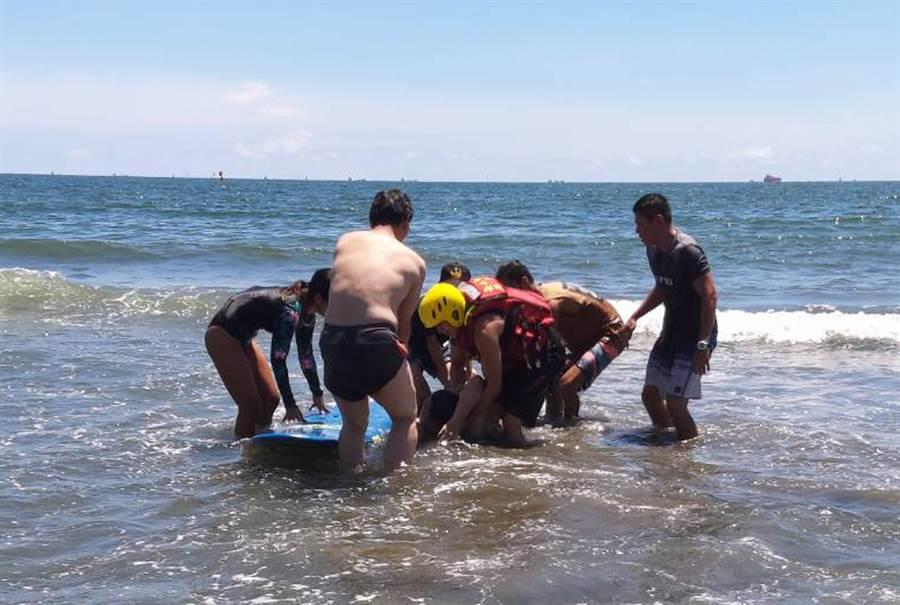 台南市安平漁光島有遊客溺水,消防人員下水搶救。(讀者提供/洪榮志台南傳真)