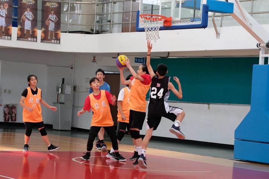 教育部體育署108學年度國民小學籃球聯賽開打,台北北投國小竟以77:0痛宰桃園南勢國小。(北投國小提供)