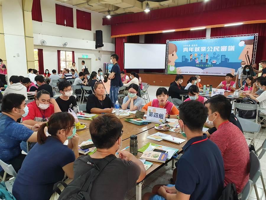 新北市勞工局18日舉辦第1場青年就業公民審議區域會議,傾聽青年就業問題。(葉書宏攝)