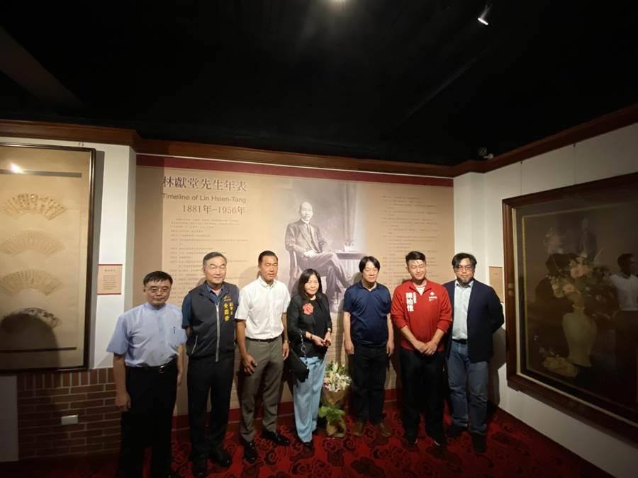 副總統賴清德聽林獻堂紀念館的館內人員介紹林獻堂愛台灣事蹟。(盧金足攝)