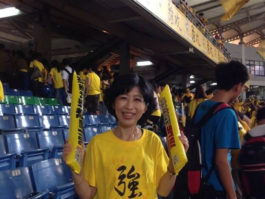 陳佩琪到棒球場看球賽。(取自陳佩琪臉書)