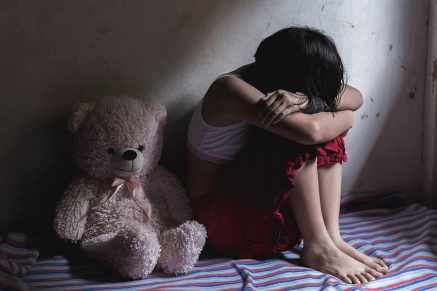 1名為人父的爸爸竟然多次半夜溜進自家女兒房間,對她性侵高達5次以上。(示意圖/達志影像/Shutterstock提供)