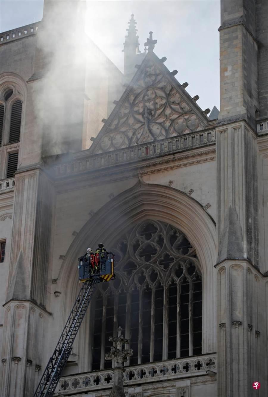 南特聖彼得聖保羅大教堂遭祝融之災。(路透)