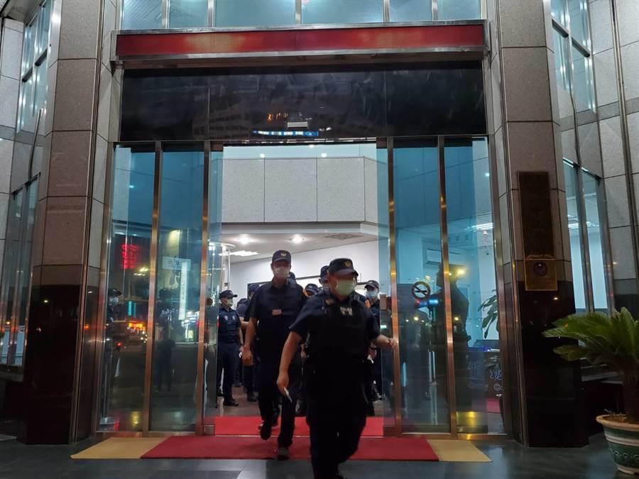 北市警方18日晚間執行擴大臨檢。(林郁平攝)