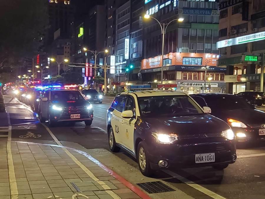 大批警車從中山分局出發,準備執行擴檢勤務。(林郁平攝)