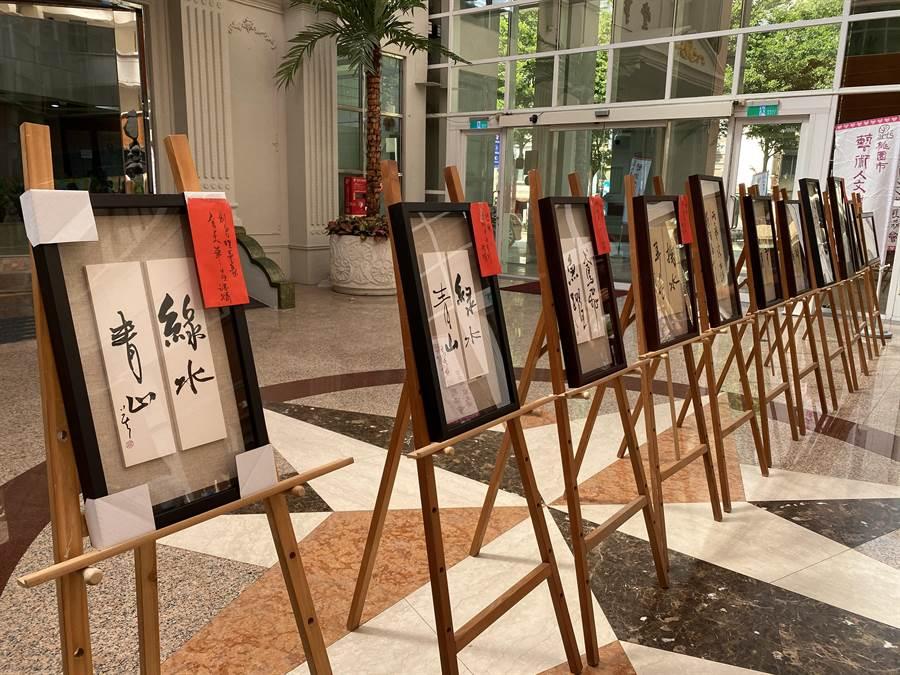 桃園市藝術人文發展協會連續7年舉辦「畫我媽咪」活動,卻因疫情將現場速寫改為靜態徵件,孩子們發揮創意,以拼貼、水彩等方式繪出心目中的媽咪。(蔡依珍攝)