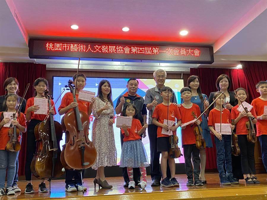 第三、四屆理事長交接活動,由大溪仁和國小弦樂團演奏揭開序幕。(蔡依珍攝)