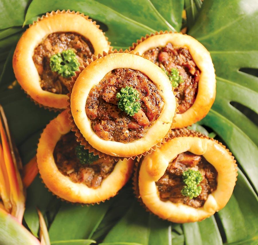 〈黑椒雞麵包〉創作靈感來自獅城新加坡名菜〈黑胡椒螃蟹〉,麵包內餡以雞肉拌了黑胡椒醬呈現。圖/吳寶春(麥方)店
