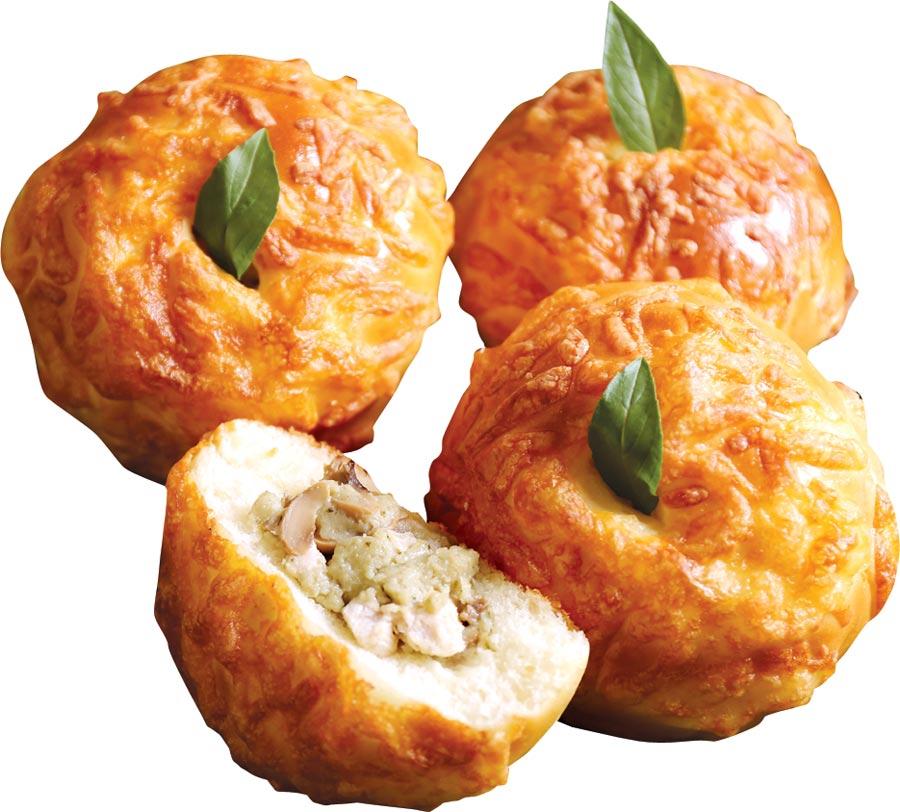 〈綠咖哩麵包〉以雞肉、蘑菇、椰奶等材料煮成綠咖哩雞,辣度溫順、辛香氣味豐富,九層塔葉辛香,甦醒味蕾。圖/吳寶春(麥方)店