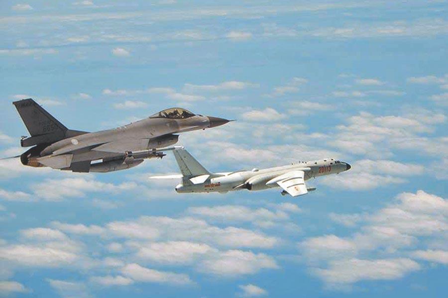 共機再度繞台,圖為空軍司令部日前公布F-16戰機(左)升空監控共機轟6K(右)的畫面。空軍表示對於區域內共軍海空機艦任務動態均能全程掌握預警情資。(空軍司令部提供)