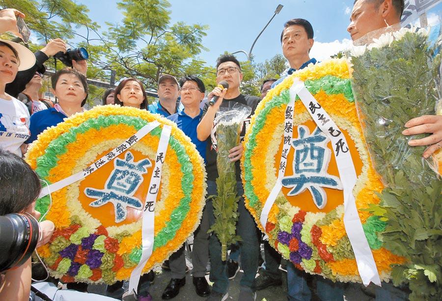 國民黨號召支持者到立法院外抗議,隨後黨主席江啟臣(右)率大家送上花圈替監院送終,表示民主已死。(趙雙傑攝)