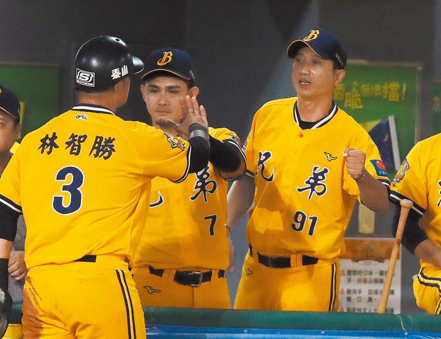 中信兄弟總教練丘昌榮(右)執教的首座季冠軍到手,投手群被視為最大功臣,堅強的鐵牛棚找到使用說明書更是關鍵。  (中央社)