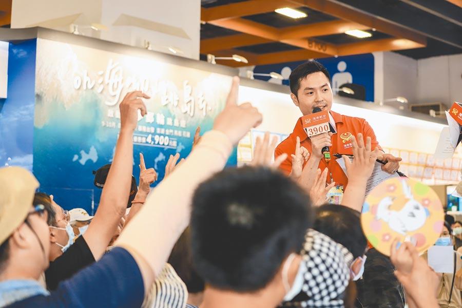 台北夏季旅遊展祭出不少優惠,現場熱鬧滾滾。(實習記者張懿文攝)