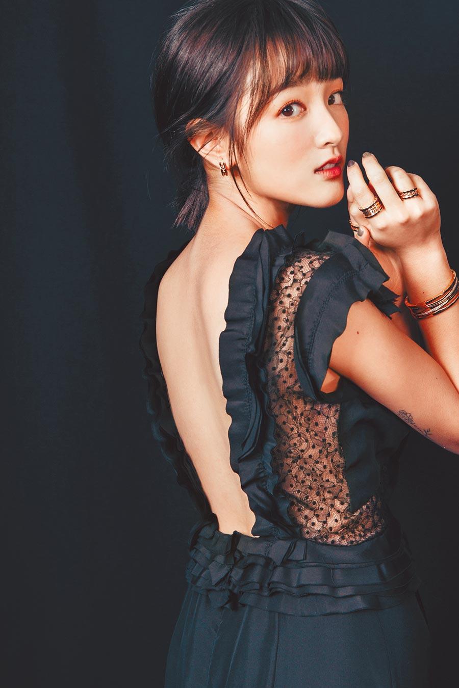 拿下最佳影后的王淨身穿Jason Wu黑色洋裝,以疊戴的方式詮釋寶格麗B.zero1 Rock珠寶。(BVLGARI提供)