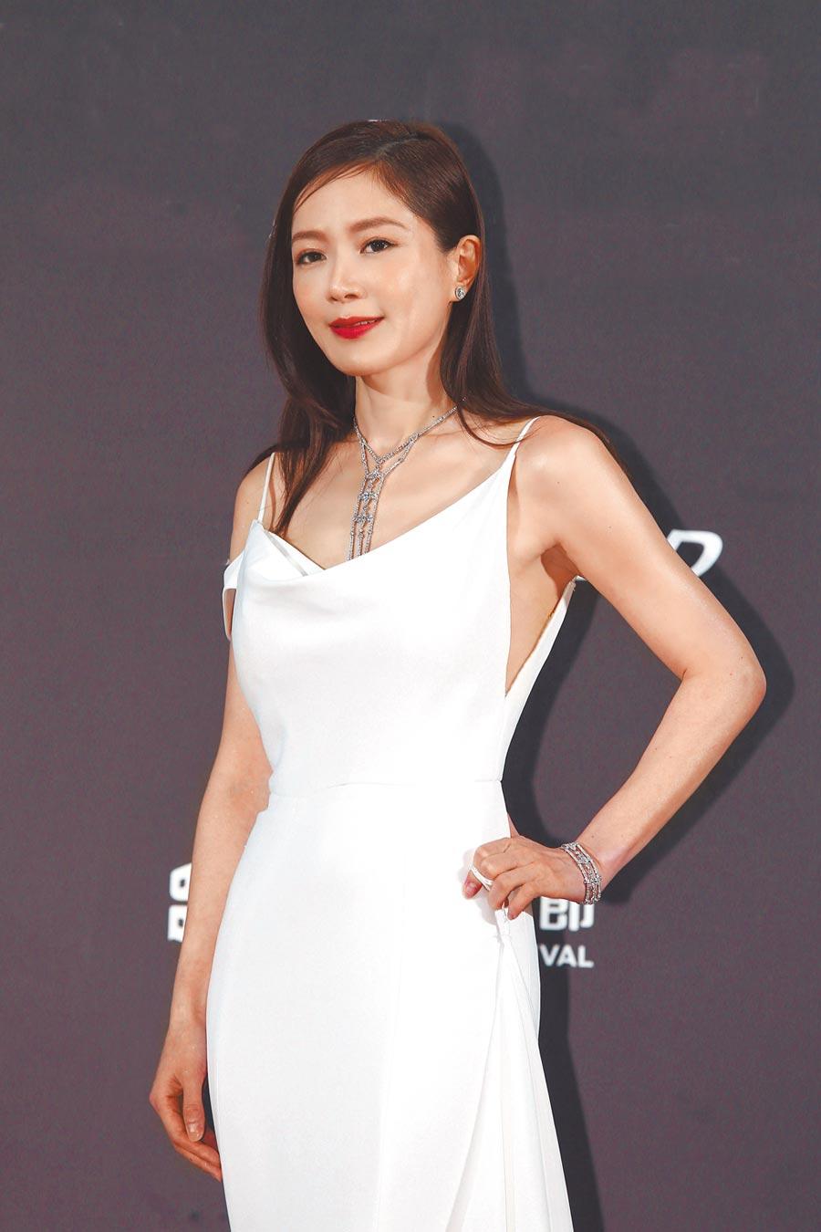 尹馨以白色禮服搭配HEARTS ON FIRE鑽石珠寶,氣質更加分。(HEARTS ON FIRE提供)