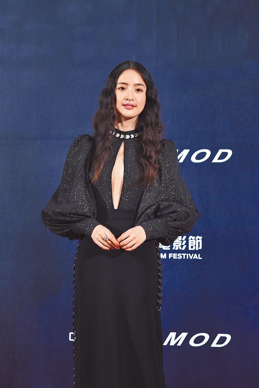 林依晨佩戴BOUCHERON黑白幾何對比的珠寶套組,與身上的服裝完美融合。(BOUCHERON提供)