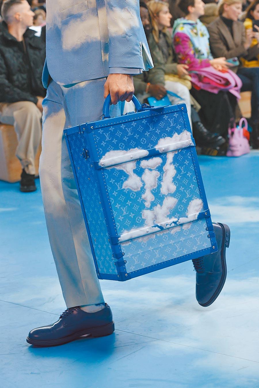 行李箱上的白雲LV,更能代表渴望旅行的心。(LV提供)