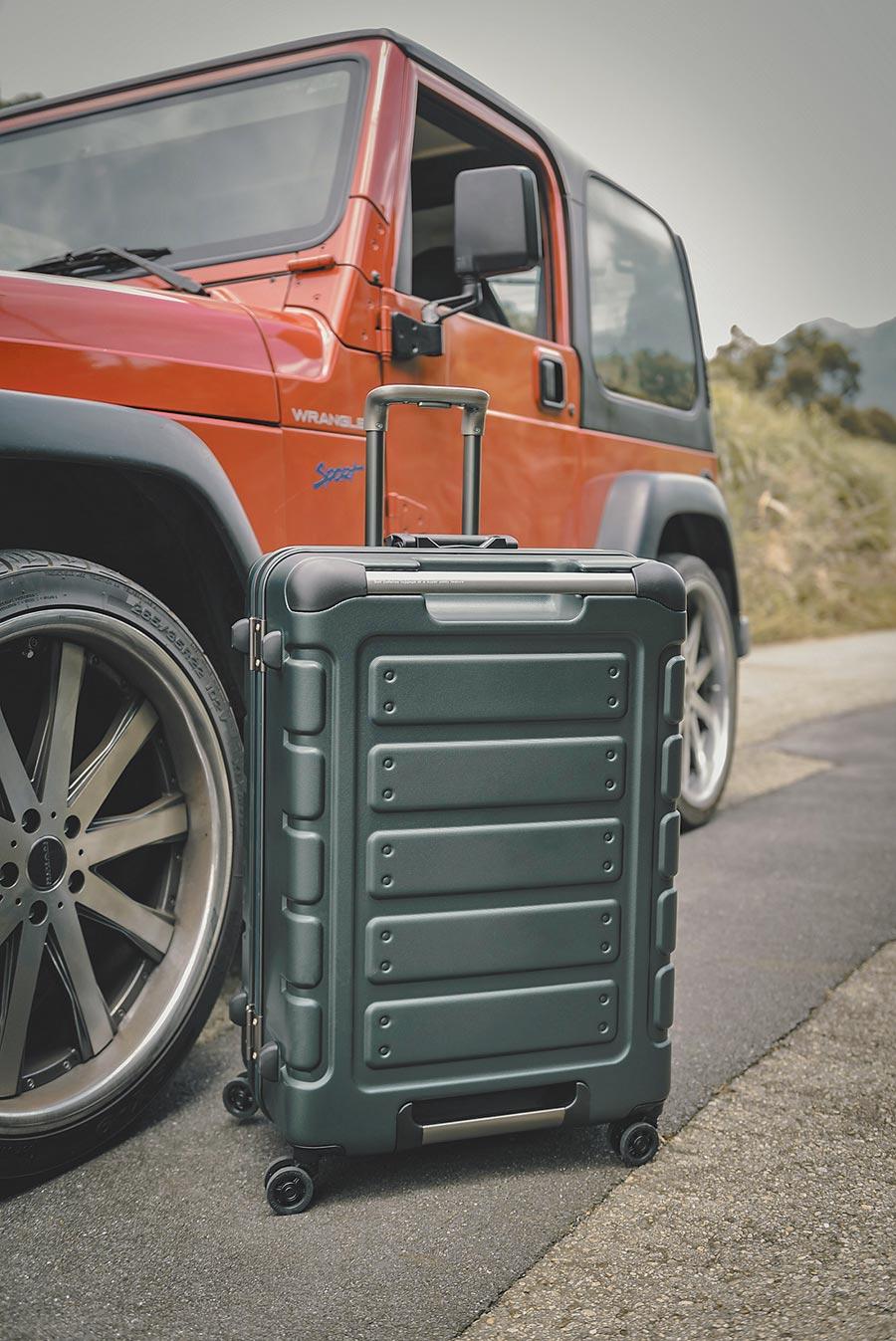 台灣行李箱品牌皇冠CROWN主打經典悍馬箱,設計靈感源自軍用吉普車。(CROWN提供)