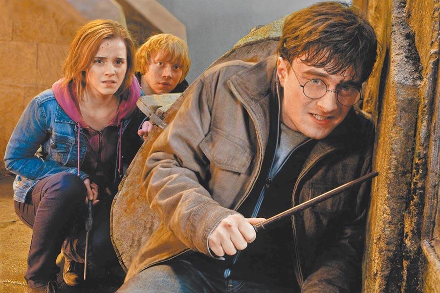 《哈利波特》系列主角丹尼爾雷德克里夫(前起)、艾瑪華森、魯柏葛林特都公開反對原作者JK羅琳的歧視言論。(美聯社)