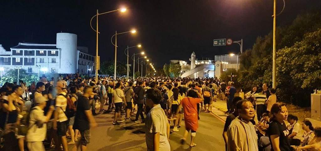 根據澎湖警方統計,16日當天湧入2萬2千多人到馬公欣賞花火表演。(圖擷自澎湖縣警察局臉書)