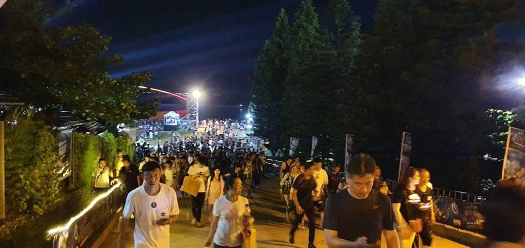觀光業者猛推類出國的離島行程,讓整個澎湖被人潮擠爆了。(圖擷自澎湖縣警察局臉書)
