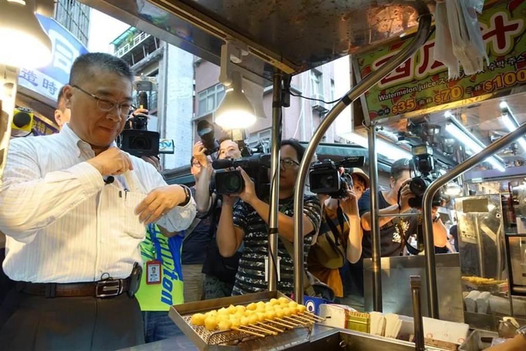 內政部長徐國勇昨晚到士林夜市使用振興三倍券購物,並捐2000元振興券給士林慈諴宮做為香油錢。(資料照片 林縉明攝)