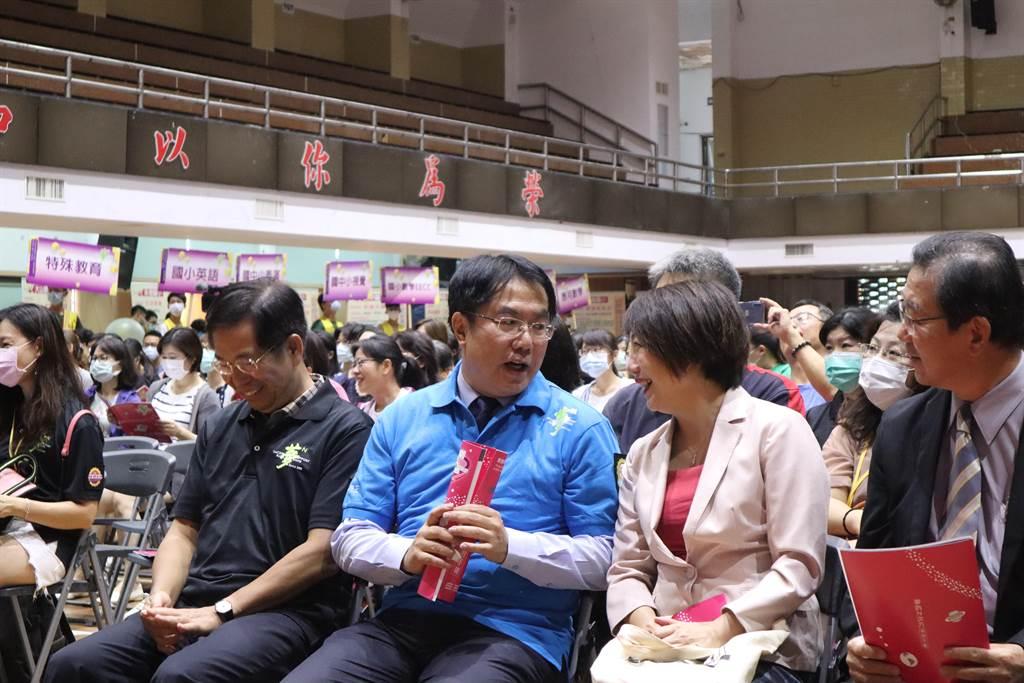 2020首場「夢的N次方」教師專業成長研習活動於19日在台南登場,包括教育部長潘文忠(右四)與立法委員范雲(右二)都出席活動。(李宜杰攝)