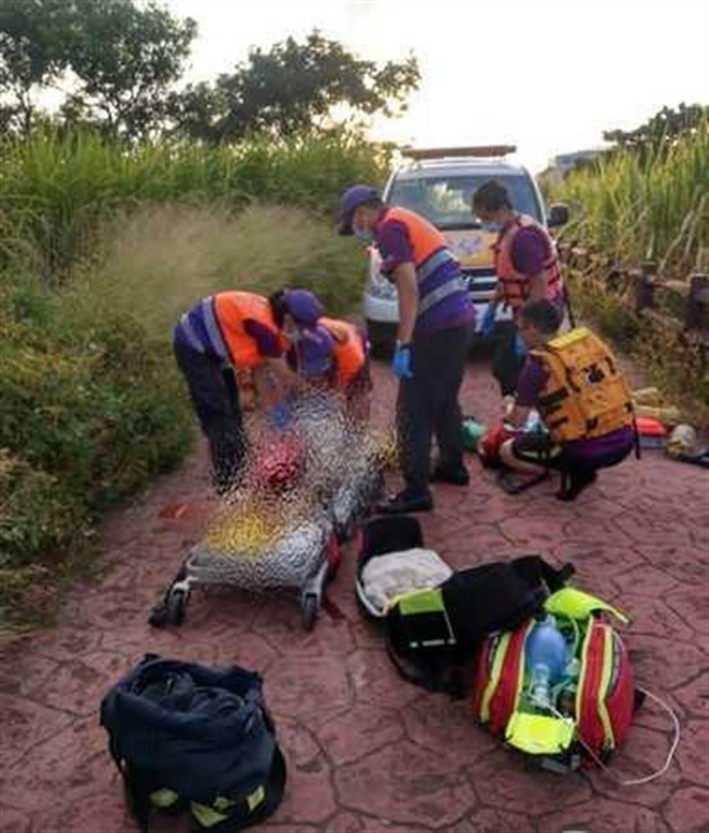 36歲范姓女子為了救落入埤塘的兒子,不幸跳入水池中溺斃。(圖/翻攝畫面)