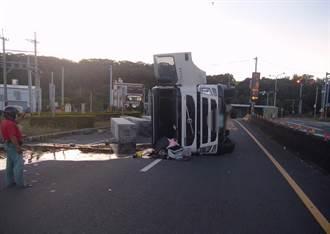 大貨車下西濱高速過彎 瞬間翻車柴油流滿地