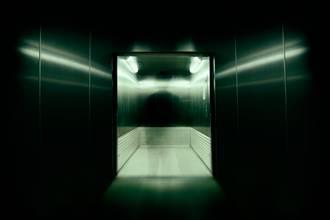 與11樓叔叔一起搭電梯 回家才驚覺不妙