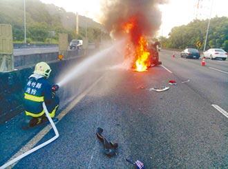 國道報紙飛遮視線 害翻覆火燒車