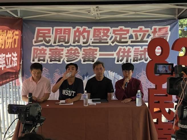 台灣青年民主聯盟理事長張育萌(右一)批評民進黨權力傲慢。(周毓翔攝)