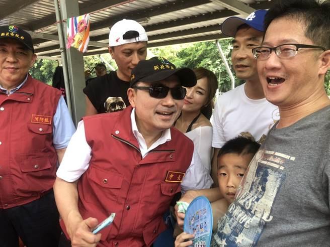 新北市長侯友宜(左2)視察三峽大豹溪並慰問民間救難團體辛勞。(許家寧攝)
