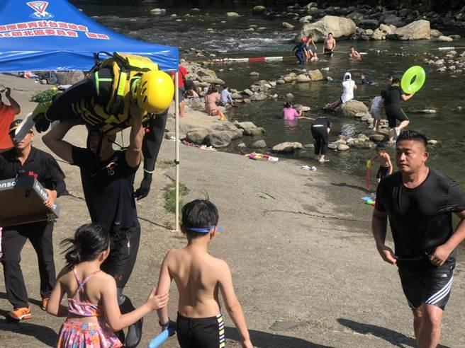 大豹溪溺水頻繁,新北消防結合紅十字會等團體在沿線守望,近兩年維持0溺斃紀錄。(許家寧攝)
