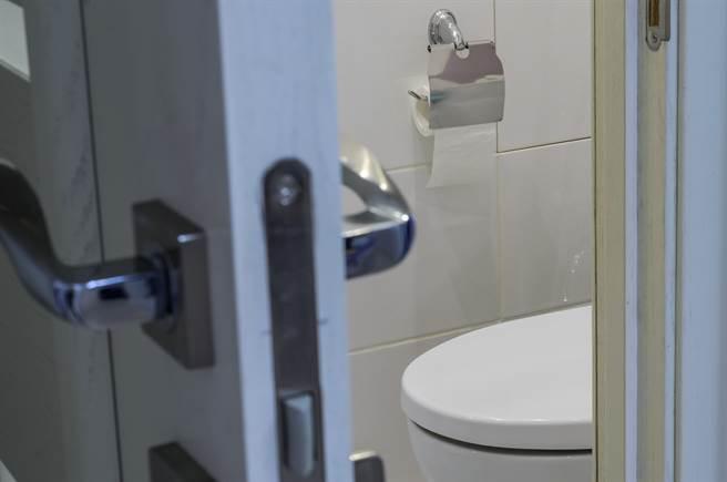 上廁所感覺詭異視線 轉頭竟驚見「3顆頭」並排偷窺