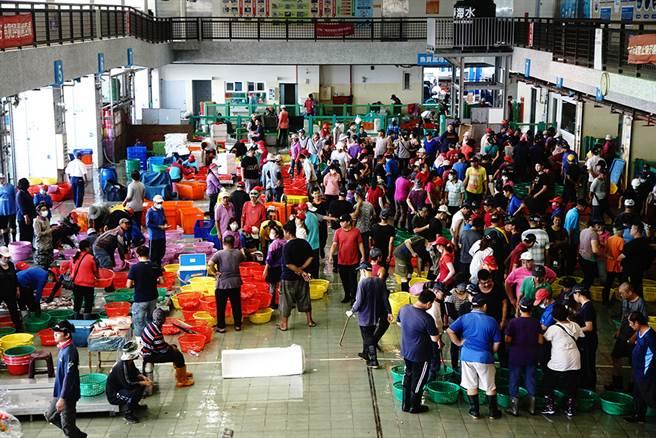 蚵仔寮魚市場拍賣時間,總是人聲鼎沸。(攝影/曾信耀)