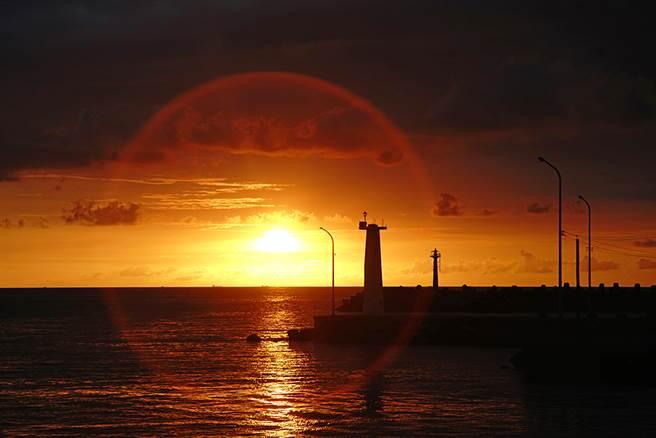 在落日渲染下暈紅整片海洋及天空,有時加入回港漁船的點綴,分分鐘都是魅力時刻。(攝影/曾信耀)